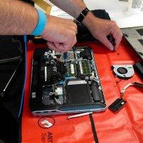 serwisant naprawiający komputer